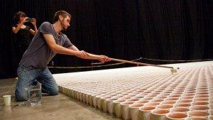 Это стоит увидеть - картина из 66 тысяч стаканчиков!