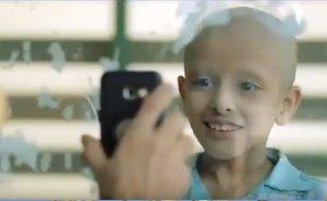 Лучезарная улыбка больного раком ребёнка стоит дорогого