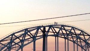 Зачем подростки делают селфи, рискуя жизнью на мосту?